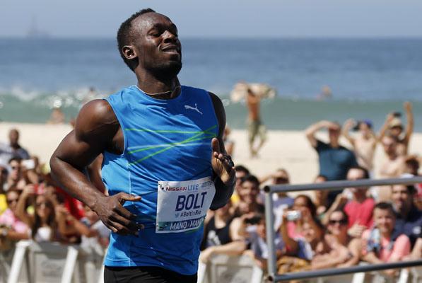 Usain Bolt runs on Copacabana beach (REUTERS/Sergio Moraes)